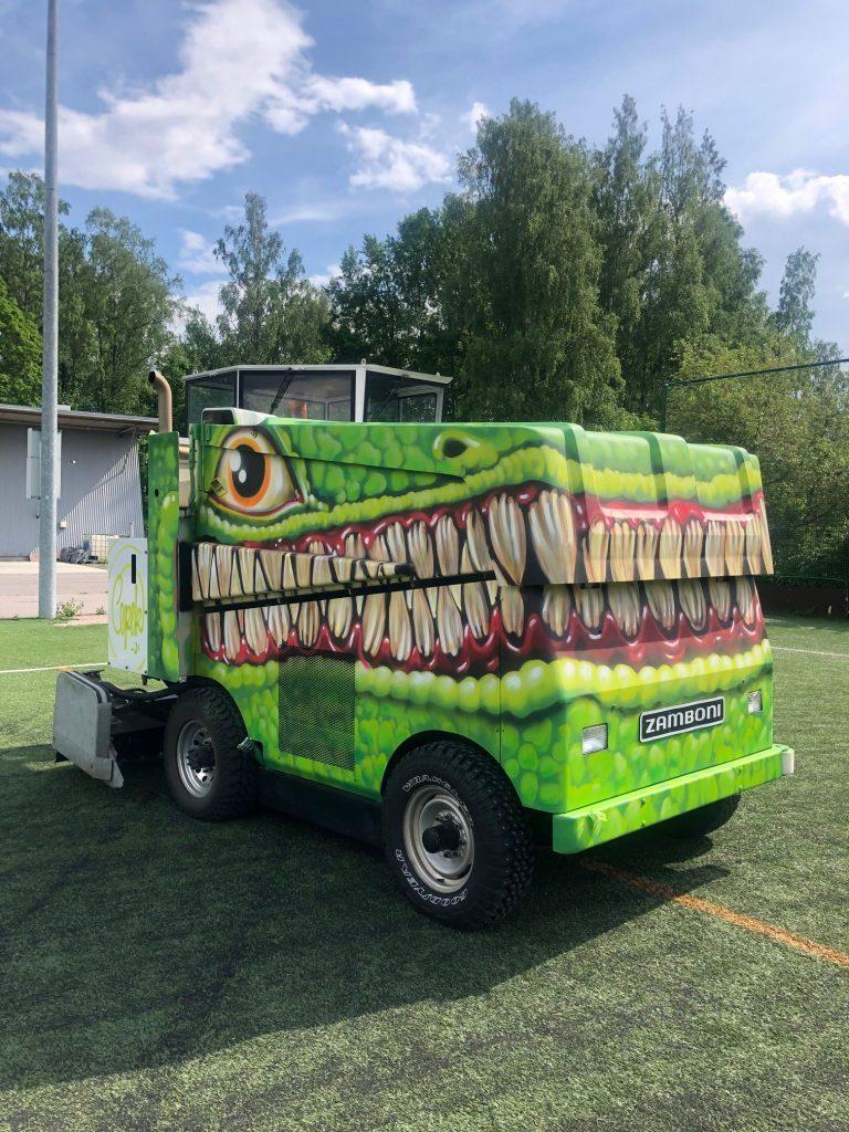Jäänhoitokone, joka maalattu mukailemaan dinosauruksen päätä.